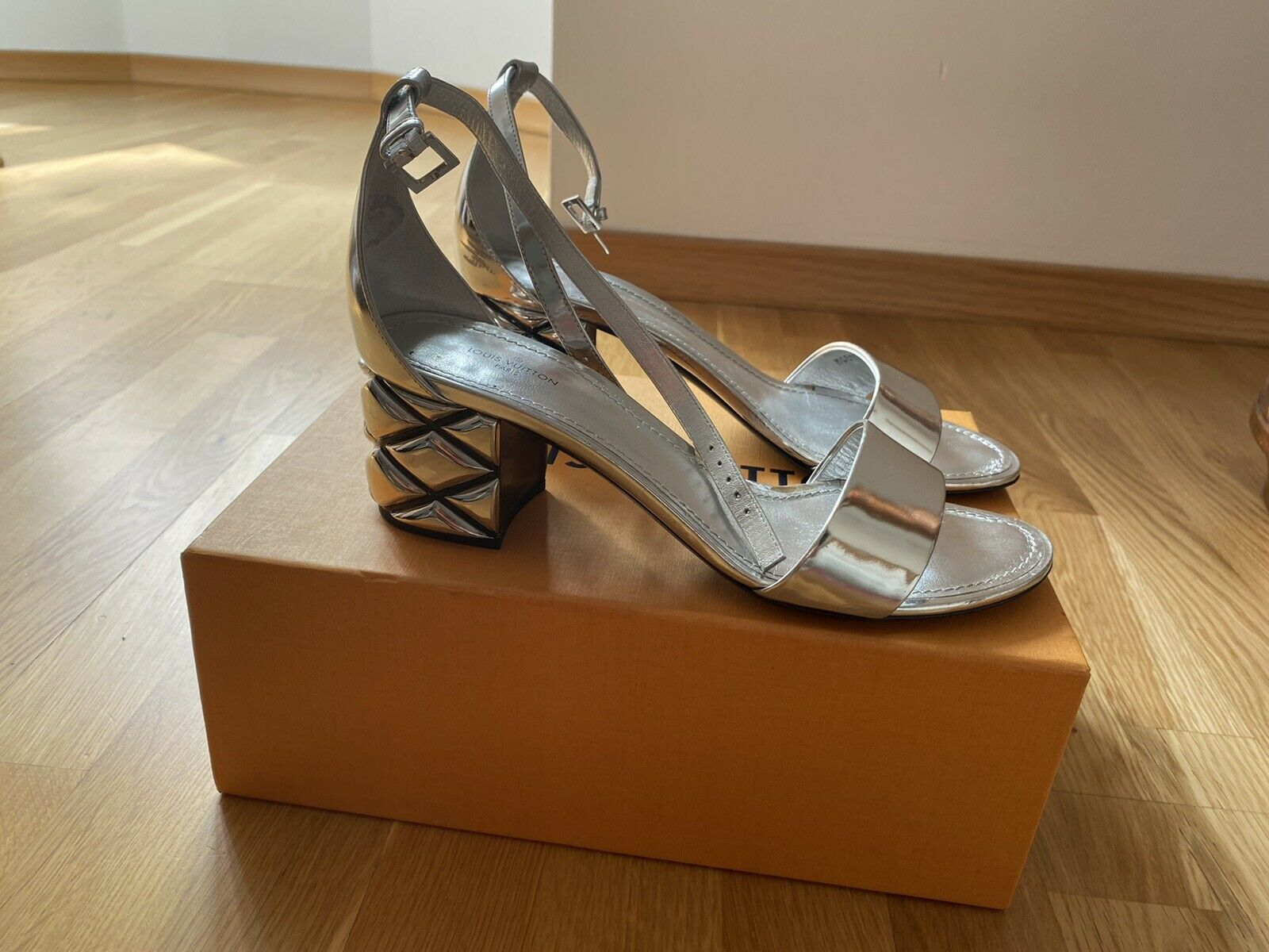 Louis Vuitton Sandalen Silver Light 38,5 OVP - 199.00,Kaufpreis 199,datum 26.07.2020 04:14:40,Website